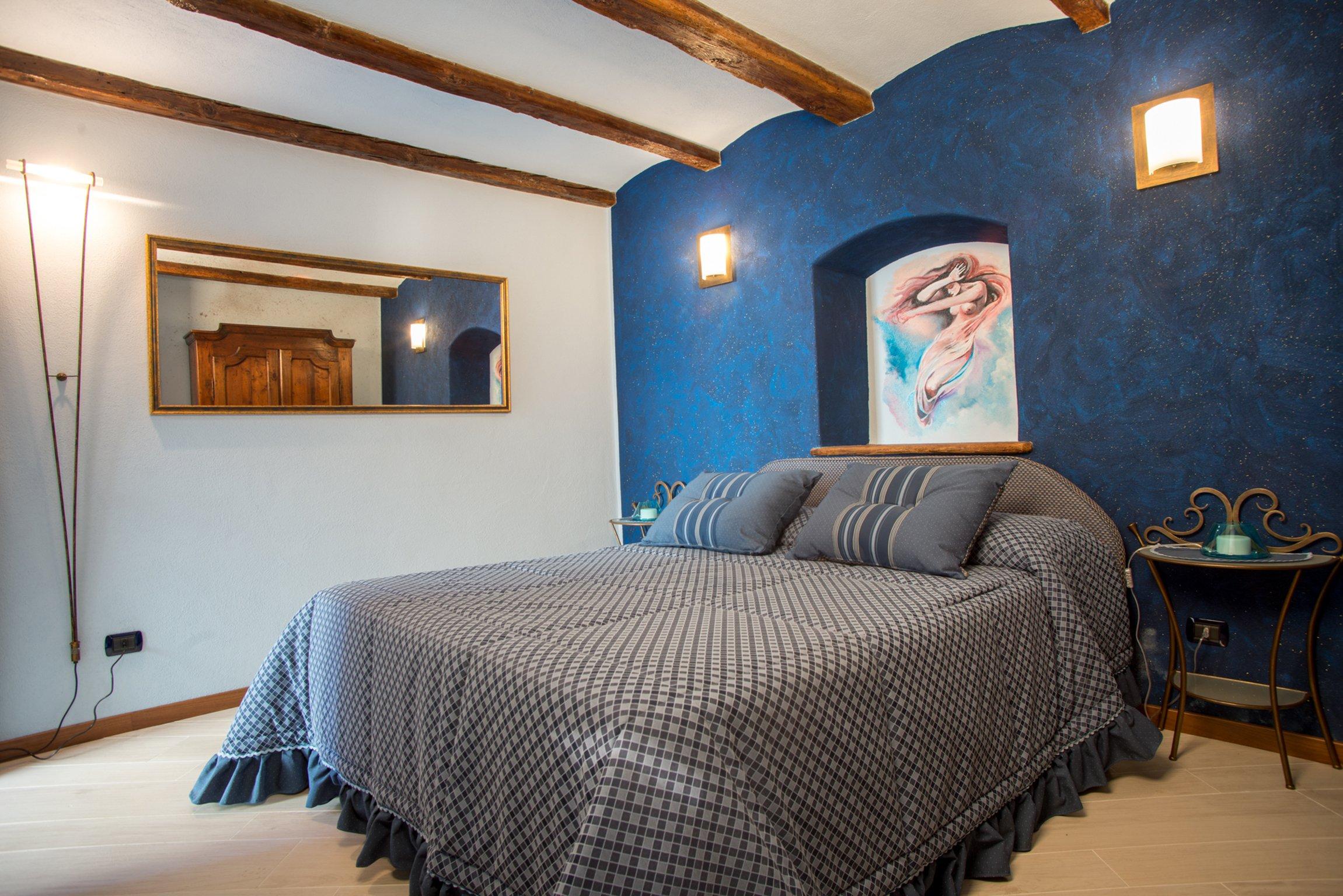 camera da letto con copriletto grigio