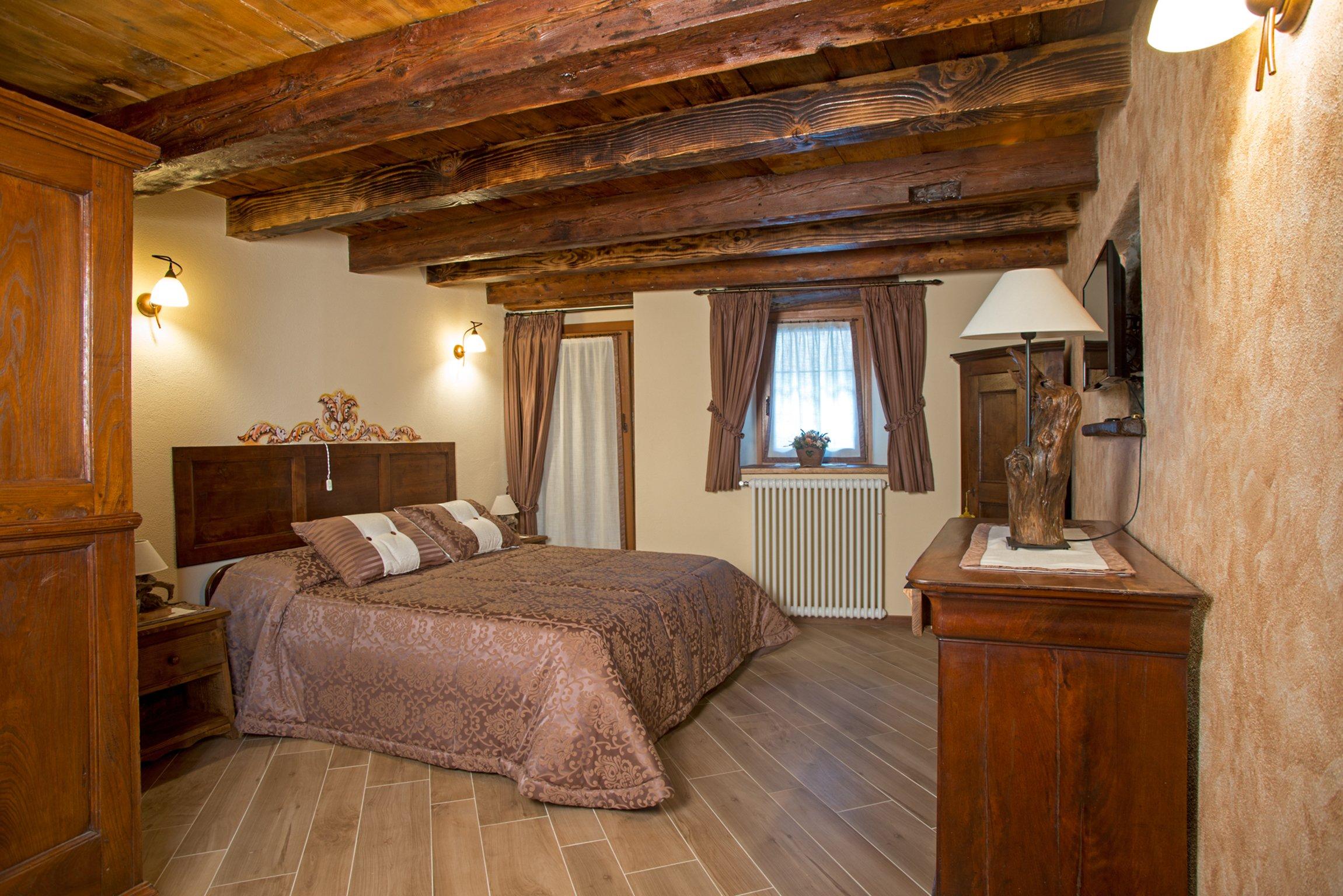 camera da letto con cuscini e coperte