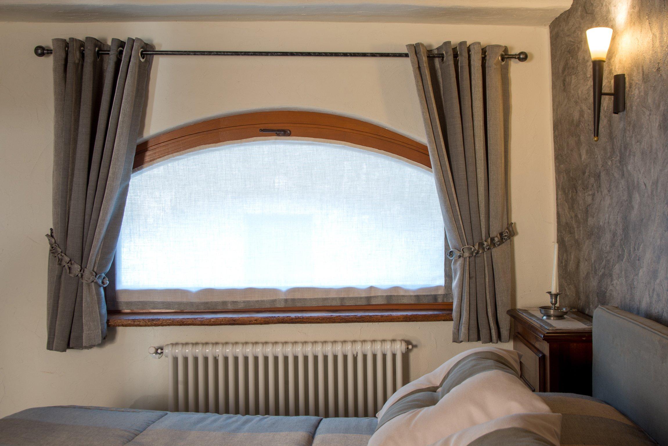 camera da letto con tende e finestra