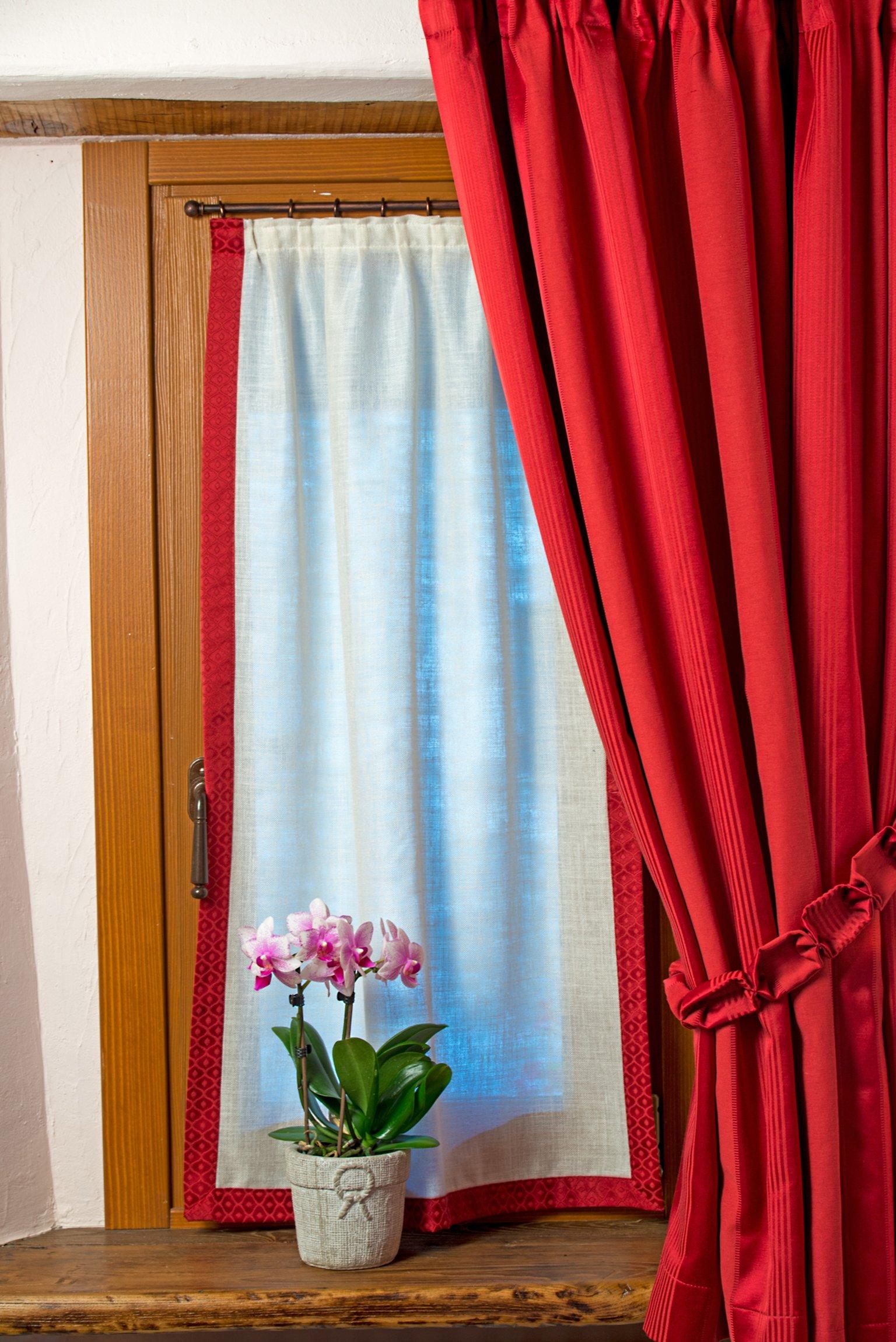 tenda rossa per finestra con vaso di fiori