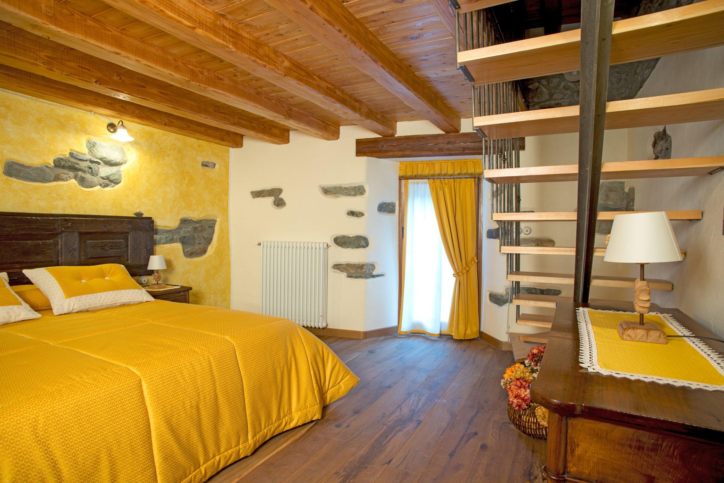 camera con tende e copriletto giallo