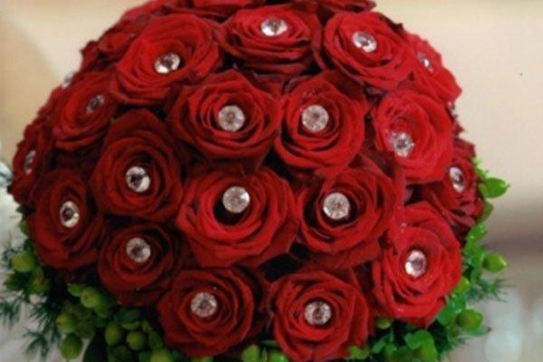 un bouquet i rose rosse con dentro dei diamanti artificiali-La primula fiori e piante-Avellino