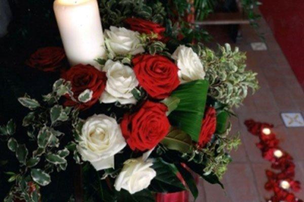 addobbo per cerimonia con rose rosse e bianche- La primula fiori e piante- Avellino