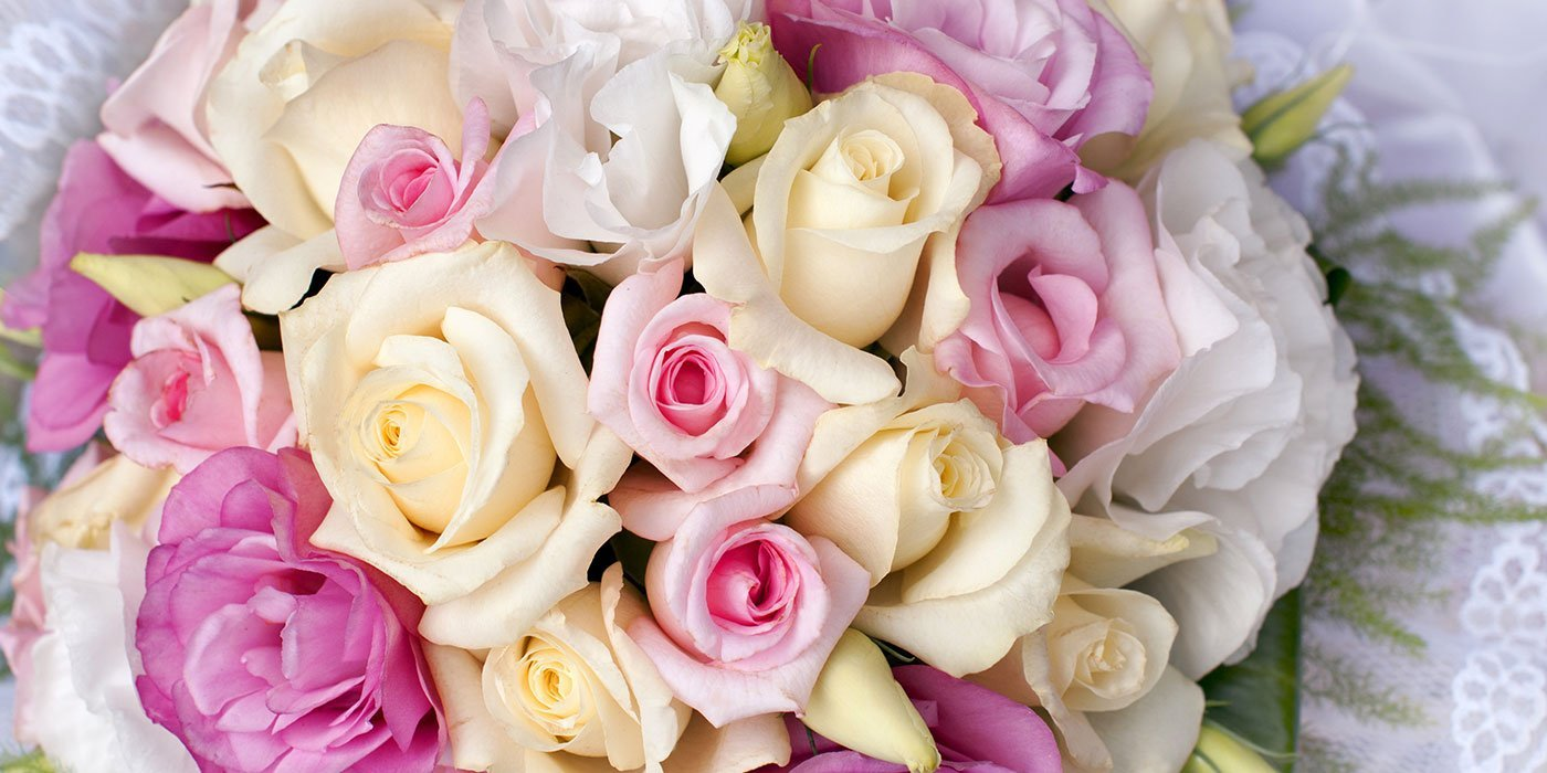 bouquet di rose arancioni, rosa e bianche