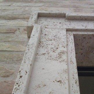 Particolari di zoccolatura e cornicioni a massello in Travertino anticato casa privata