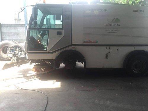 Furgone per la pulizia stradale durante il cambio di pneumatici