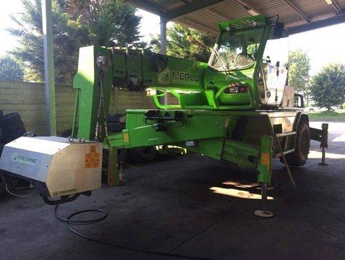 macchinario agricolo durante cambio gomme