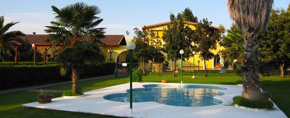 Ristorante con veranda e piscina