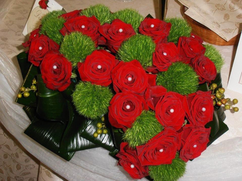 Decorazioni con bouquet di rose rosse