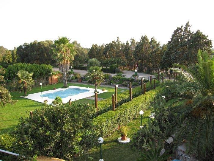 Veranda con piscina e ampio giardino