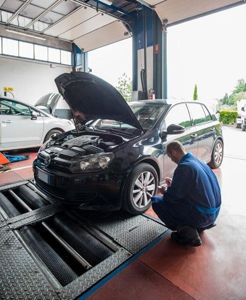 meccanico mentre ripara un auto in officina