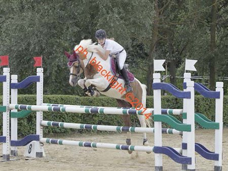 una ragazza durante l'equitazione salto