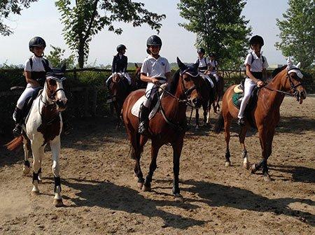 dei bambini sui cavalli