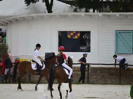 due ragazze sui cavalli
