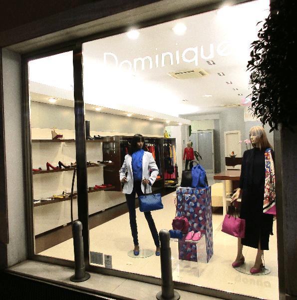 vetrina di vestiti per donna