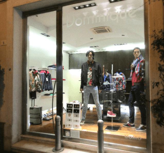 vetrina di un negozio di vestiti