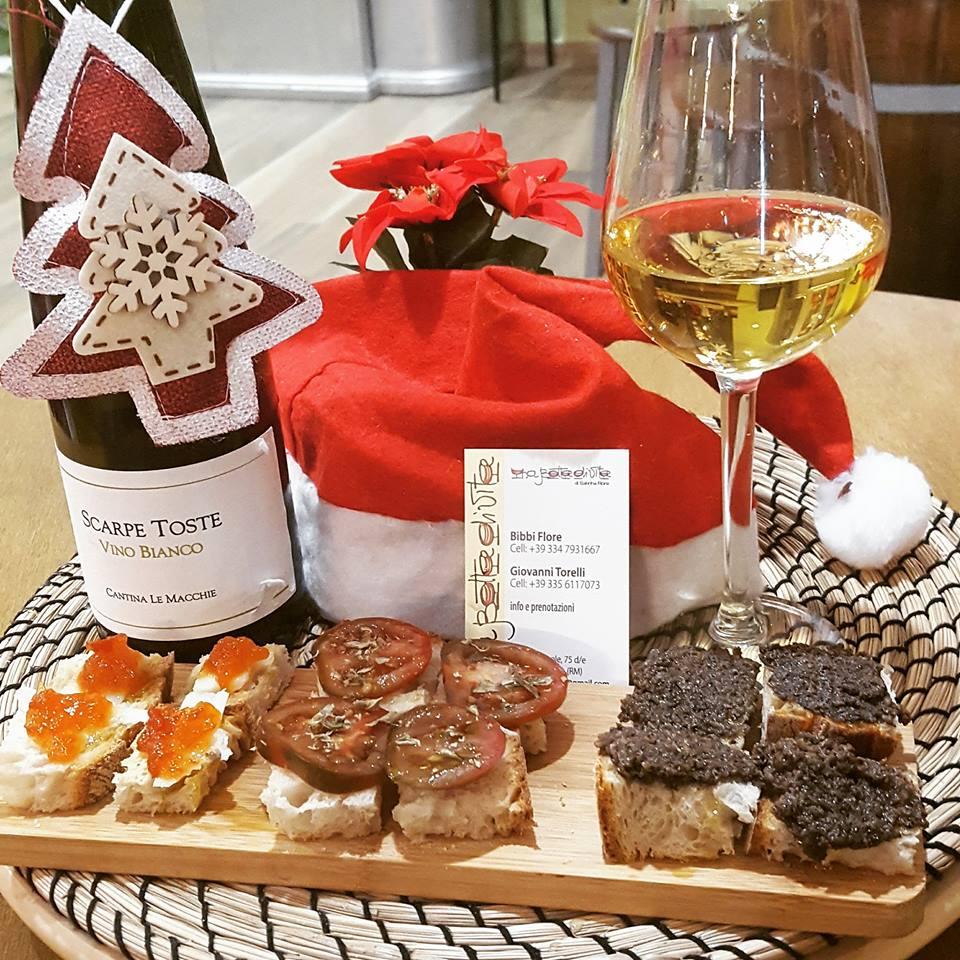 aperitivo con prodotti tipici locali e calice di vino bianco