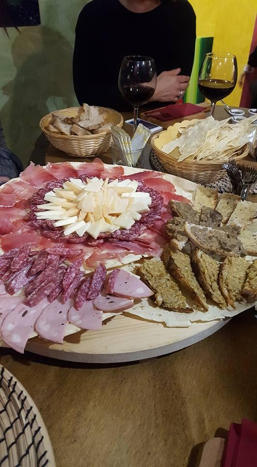 banchetto con formaggi e salumi tipici con vini di produzione italiana