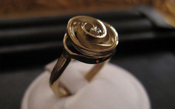anello con rosa lavorata