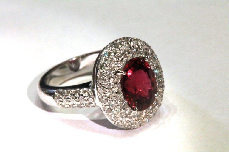 Anello rosso e diamanti