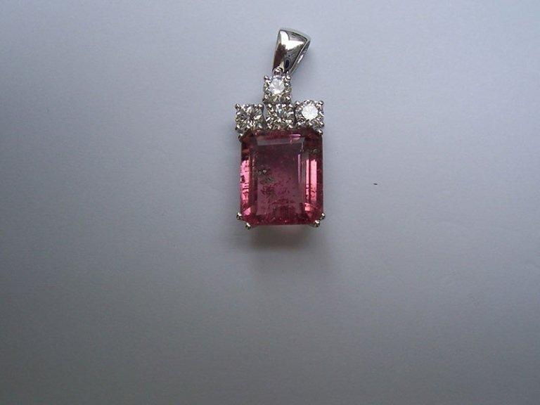 ciondolo con pietra rosa