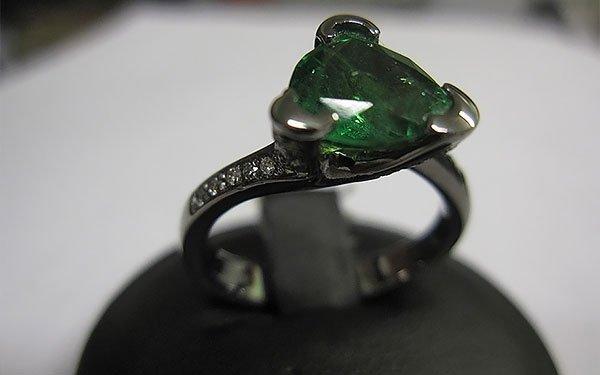 anello con cuore di smeraldo