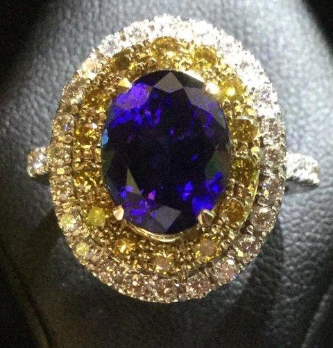 Anello in tanzanite con diamanti gialli e bianchi (Blue Sun)
