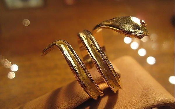 anello dorato con serpente