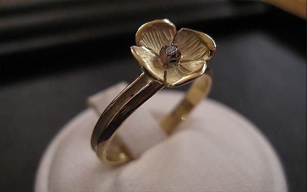 anello con rosa dorata
