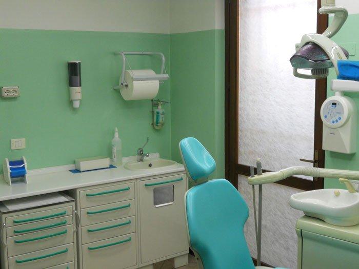 lettino del paziente in studio dentistico