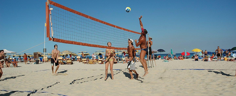 amici giocano a beachvolley sulla spiaggia