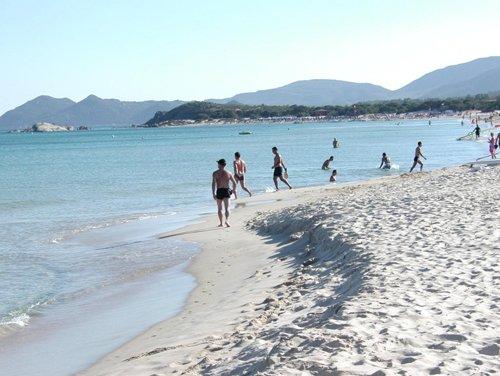 persone passeggiano in riva al mare