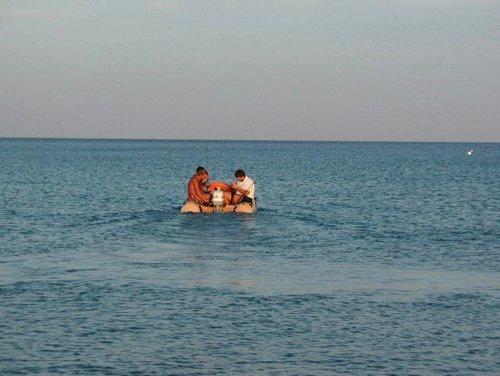persone su un gommone in mare