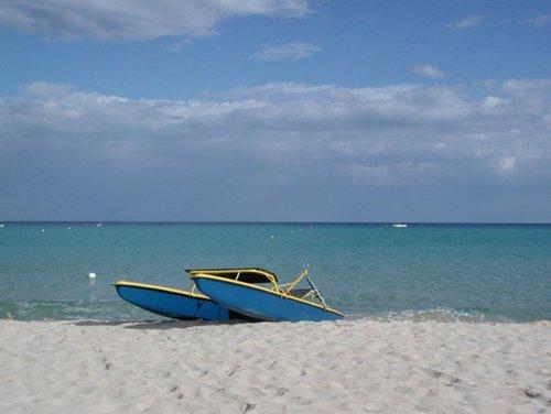 una barca in riva al mare