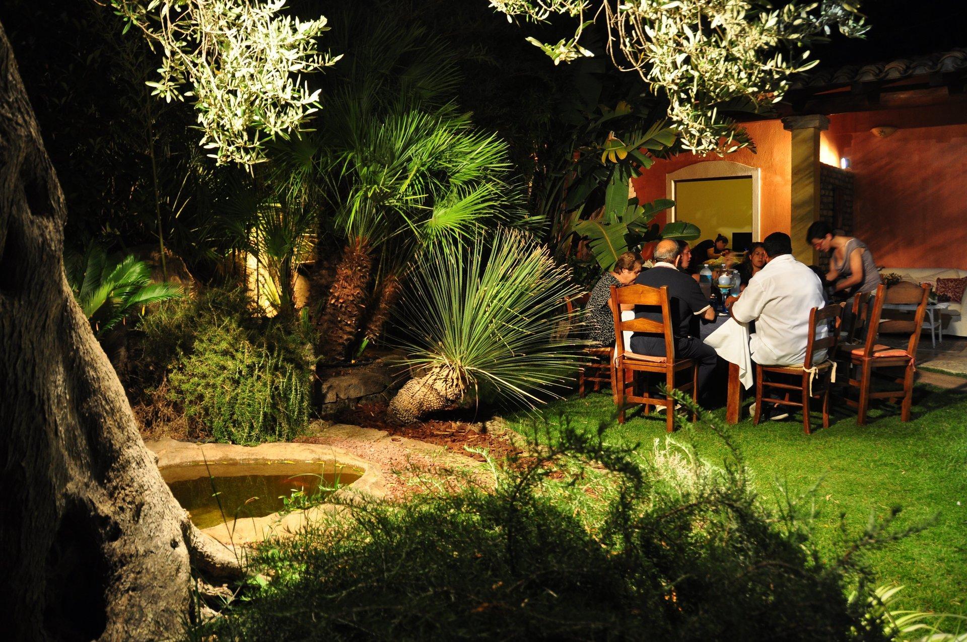 clienti mentre mangiano in una zona aperta