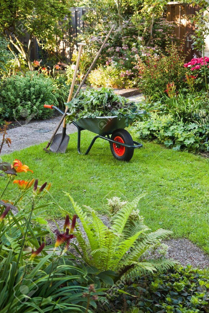 decorazione di un giardino con carrello colore verde