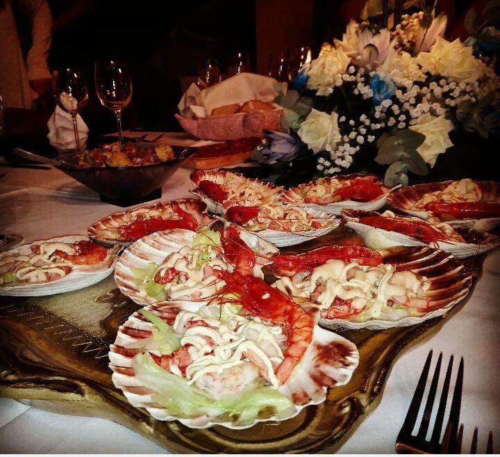 piatti misti di insalate con gambero su un bancone di un cucina