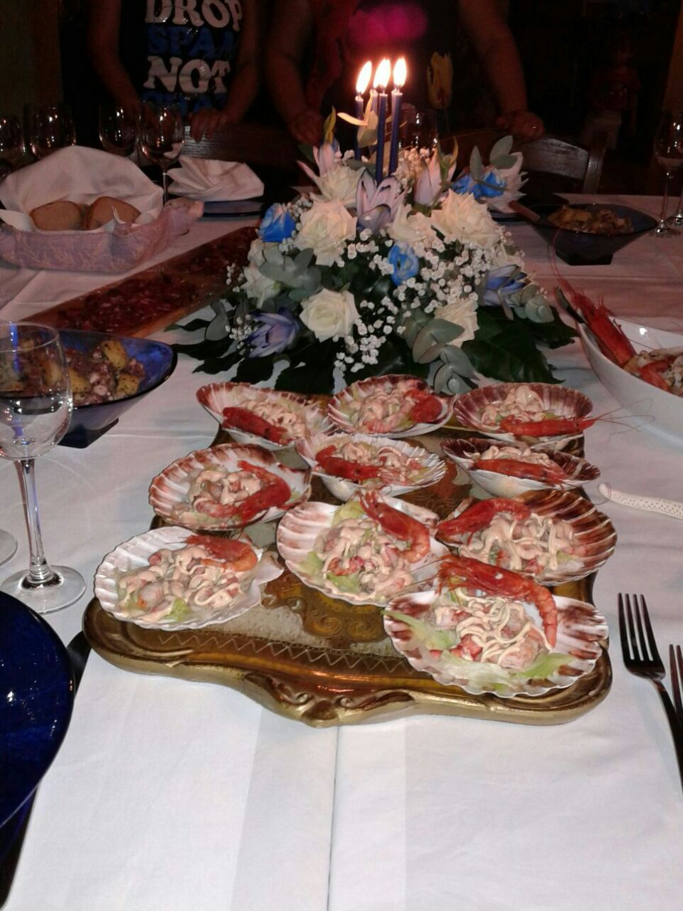 misti di insalate su un bancone di cucina