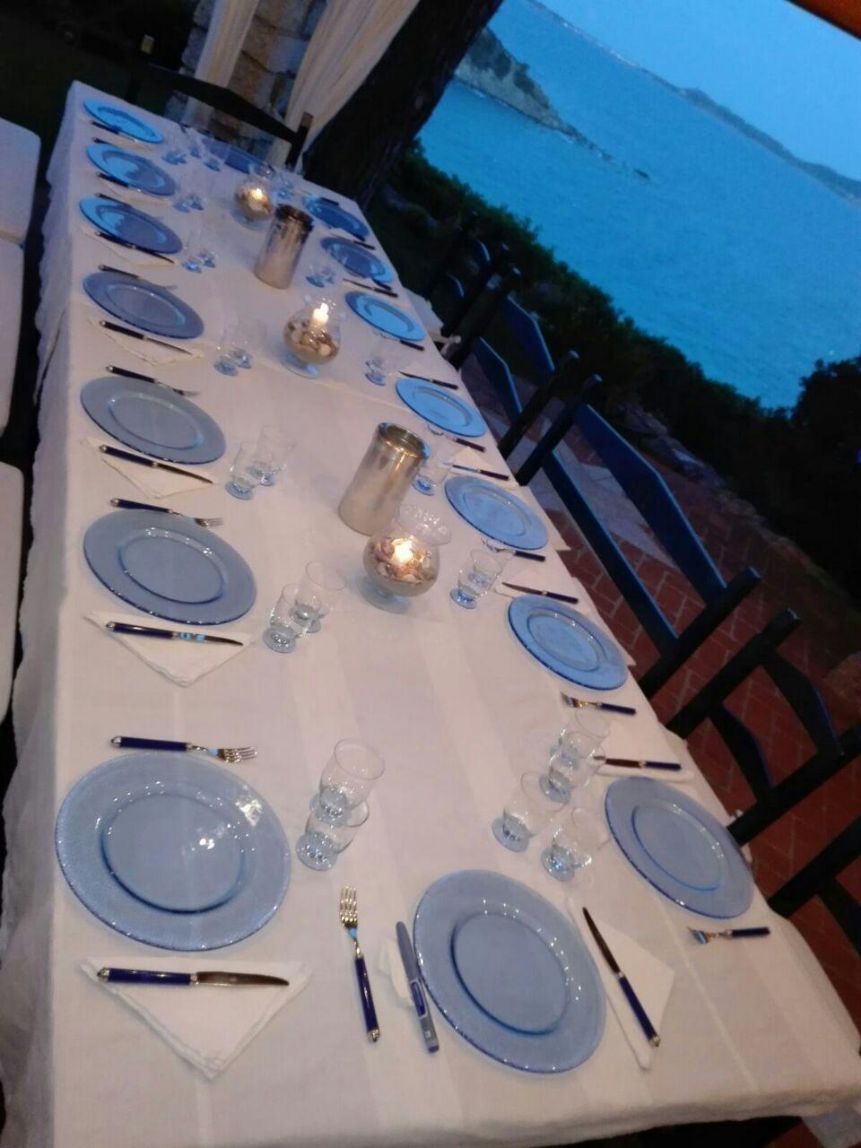 tavolo lungo apparecchiato con piatti