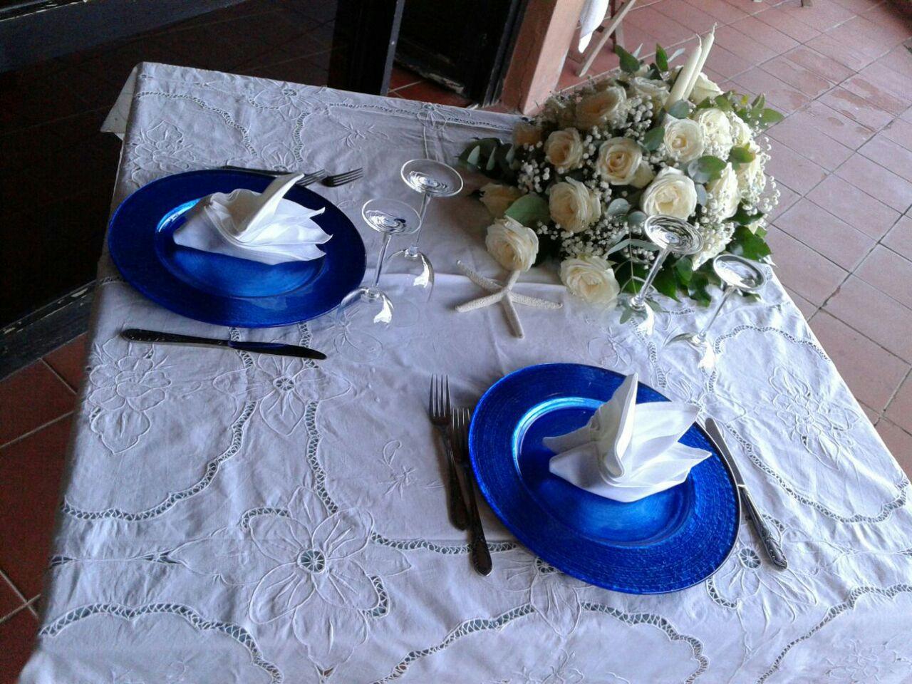 tavolo apparecchiato con un bouquet e due piatti