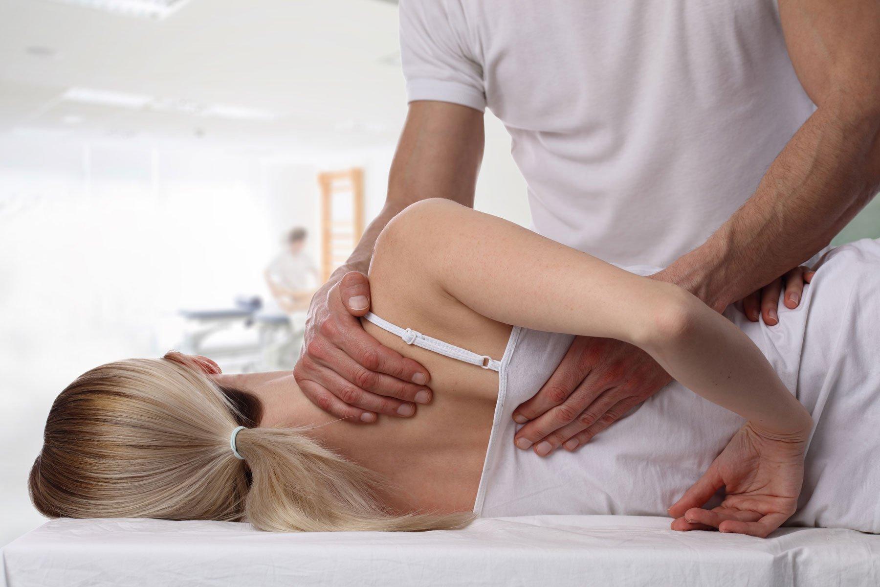 La massoterapia si configura come una pratica fisioterapica incentrata sui massaggi, insistenti su determinate regioni del corpo.