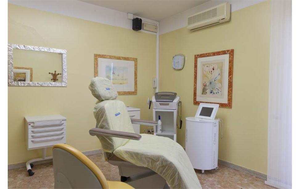 Stanza gialla di lavoro del dentista