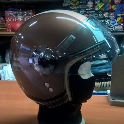 un casco con la visiera
