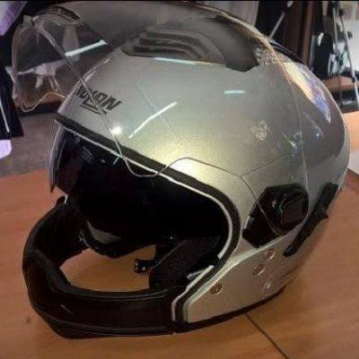un casco grigio con la visiera