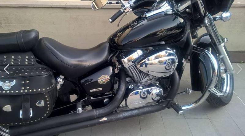 una moto Harley Davidson vista di lato