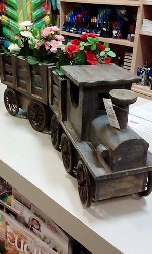 un trenino di legno con dentro dei vasi con dei fiori