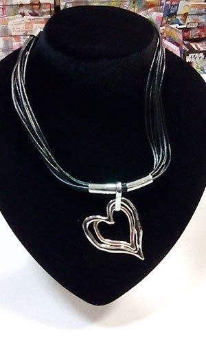 un pendente con ciondolo a forma di cuore esposto su una struttura nera