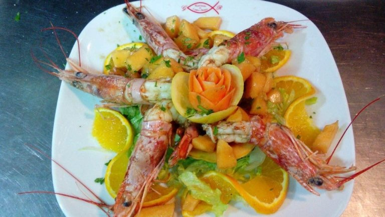 crunchy salad with prawns and cantaloupe