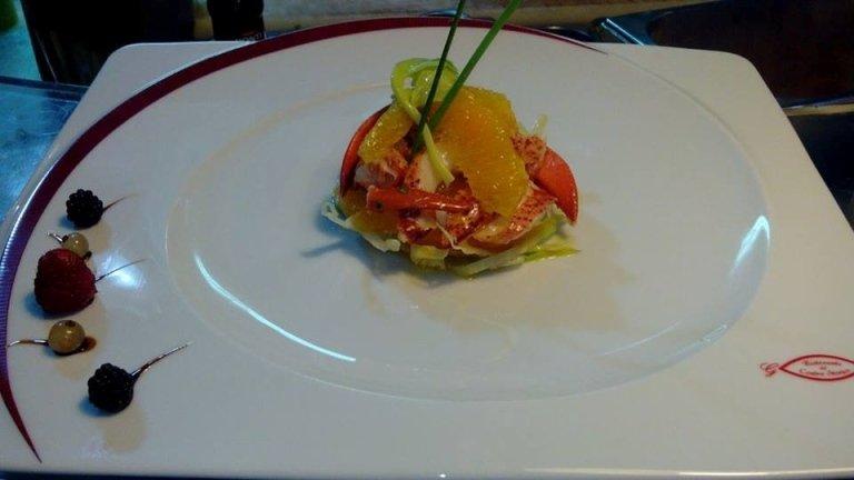 Tortino aragosta su letto di insalatina e arance