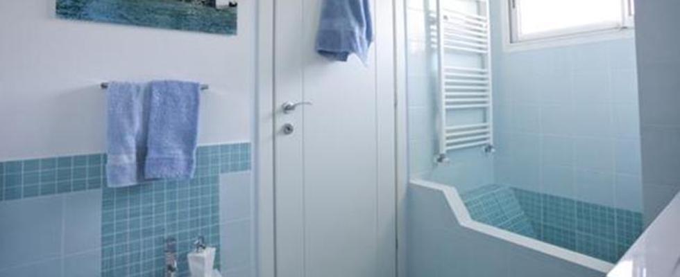 bagno con vasca e doccia